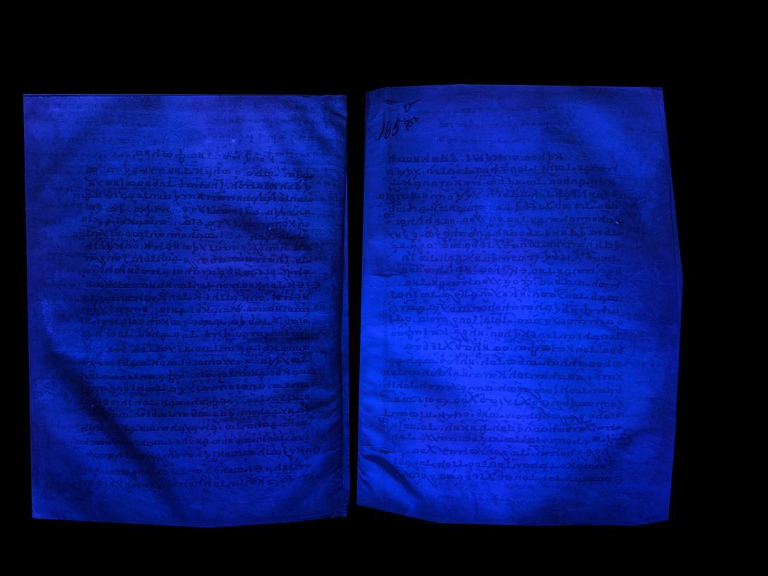 Escritura borrada hecha visible bajo luz UV
